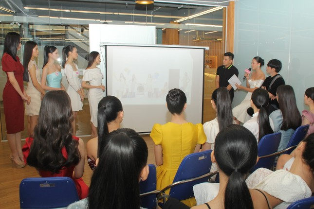 Stylist Kye Nguyễn, Hoa hậu Tiểu Vy 'chấm điểm' thi ảnh Aqua Challenge tại HHVN 2020 ảnh 4