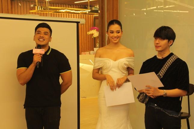 Stylist Kye Nguyễn, Hoa hậu Tiểu Vy 'chấm điểm' thi ảnh Aqua Challenge tại HHVN 2020 ảnh 6