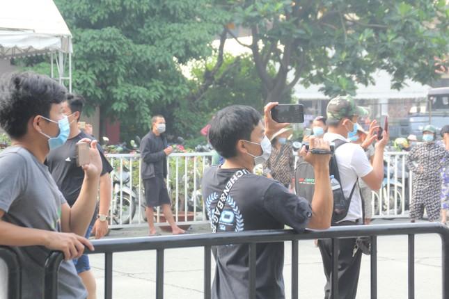 Nhiều YouTubers và người dân có mặt từ sớm theo dõi tang lễ nghệ sỹ Chí Tài ảnh 2