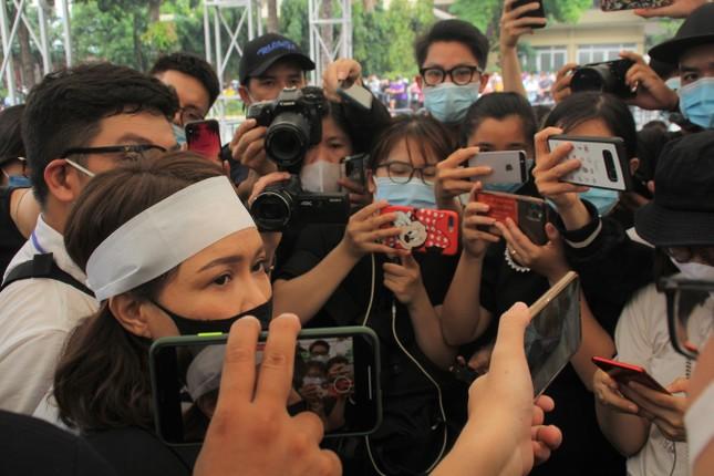 Việt Hương đeo khăn tang chia sẻ thông tin mới nhất quanh tang lễ nghệ sỹ Chí Tài ảnh 2