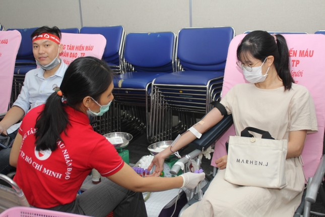 Sôi nổi ngày hội hiến máu Chủ nhật Đỏ 2021 tại TPHCM ảnh 9