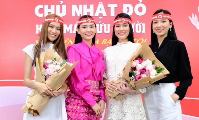 Dàn Á hậu, người đẹp HHVN khuấy động Chủ nhật Đỏ tại TPHCM ảnh 1