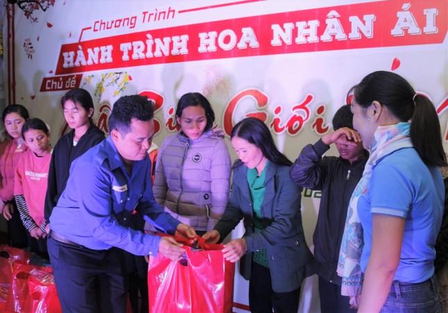 'Hành trình hoa nhân ái' chia sẻ quà ấm tình với bà con vùng khó Đắk Nông ảnh 1
