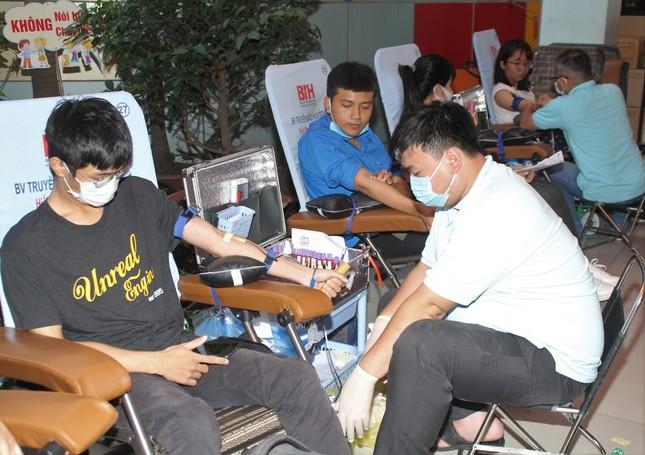 Ra quân Xuân tình nguyện, bạn trẻ TPHCM hiến máu, chỉnh trang viện dưỡng lão ảnh 6