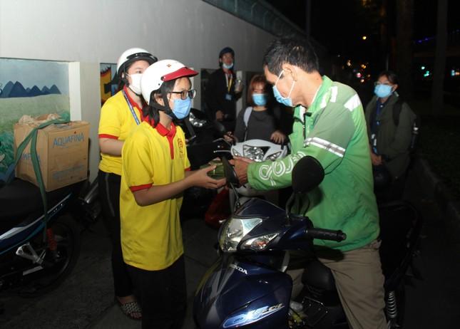Chiến sĩ 'Xuân tình nguyện' tặng bánh chưng cho người nghèo dịp Tết đến xuân về ảnh 7