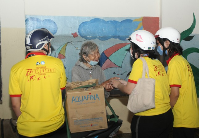 Chiến sĩ 'Xuân tình nguyện' tặng bánh chưng cho người nghèo dịp Tết đến xuân về ảnh 4