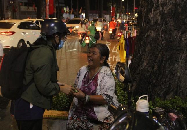 Chiến sĩ 'Xuân tình nguyện' tặng bánh chưng cho người nghèo dịp Tết đến xuân về ảnh 2