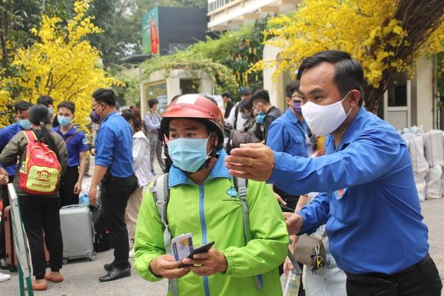 Thanh niên công nhân, người lao động về quê trên những 'Chuyến xe sum vầy' ảnh 5