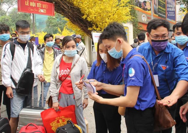Thanh niên công nhân, người lao động về quê trên những 'Chuyến xe sum vầy' ảnh 2