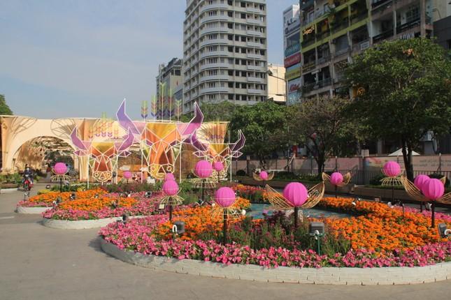 Đường hoa Nguyễn Huệ mở cửa đón khách từ sáng 10/2, yêu cầu không bỏ khẩu trang chụp hình, selfie ảnh 15