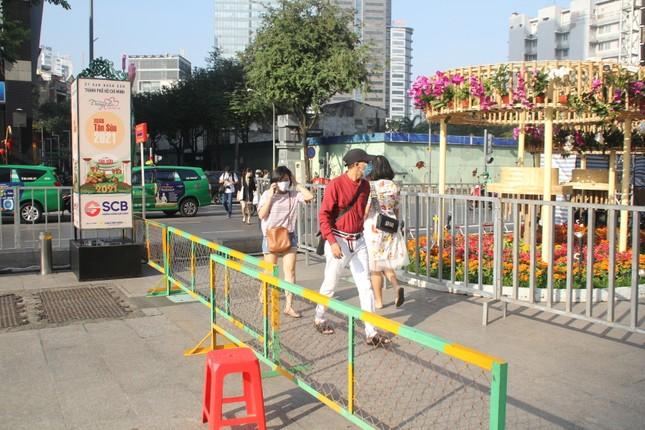 Đường hoa Nguyễn Huệ mở cửa đón khách từ sáng 10/2, yêu cầu không bỏ khẩu trang chụp hình, selfie ảnh 4