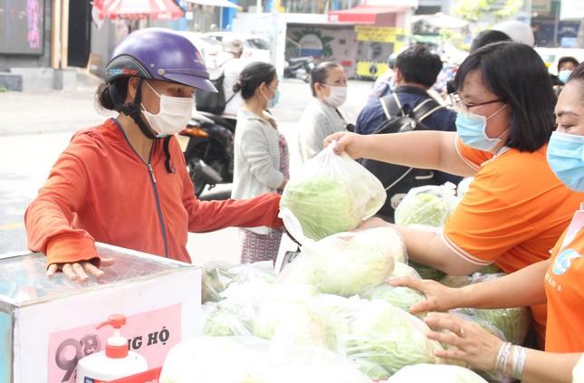 Người dân TPHCM hào hứng 'giải cứu' nông sản Hải Dương ảnh 1