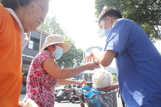 Người dân TPHCM hào hứng 'giải cứu' nông sản Hải Dương ảnh 5