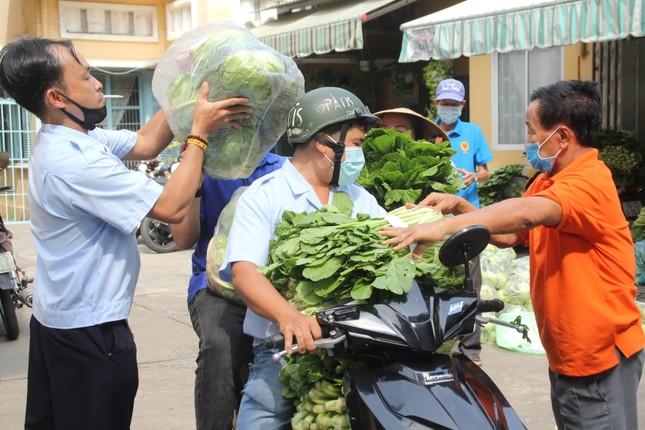 Người dân TPHCM hào hứng 'giải cứu' nông sản Hải Dương ảnh 16