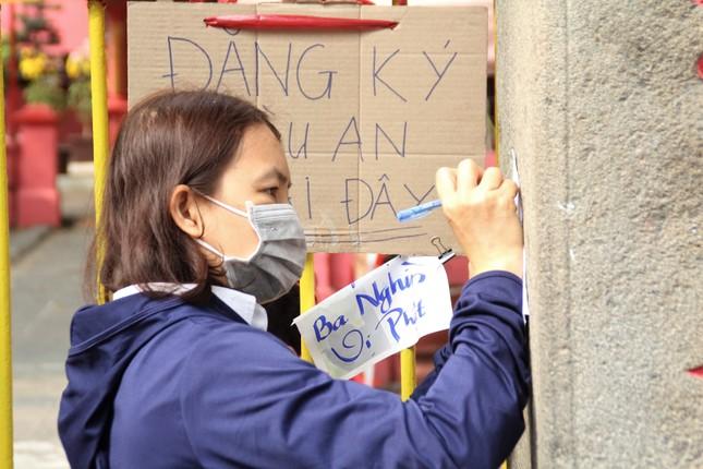 Người dân TPHCM vái vọng ngoài cổng chùa ngày rằm tháng Giêng ảnh 6