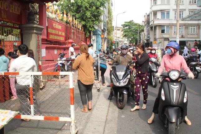 Người dân TPHCM vái vọng ngoài cổng chùa ngày rằm tháng Giêng ảnh 7