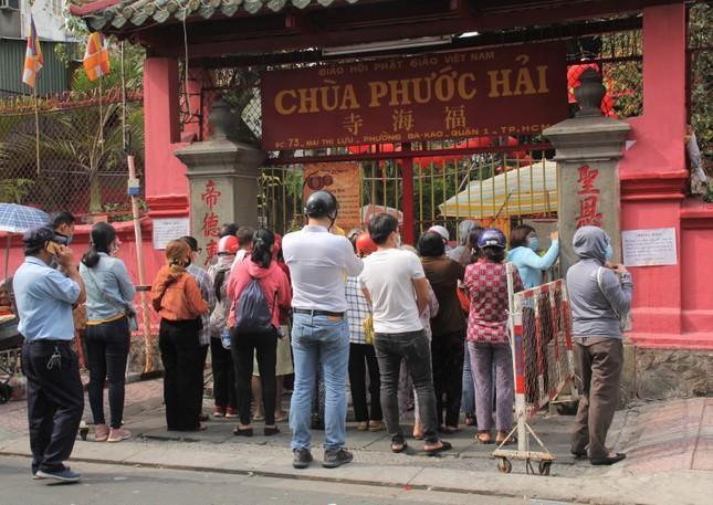Người dân TPHCM vái vọng ngoài cổng chùa ngày rằm tháng Giêng ảnh 2