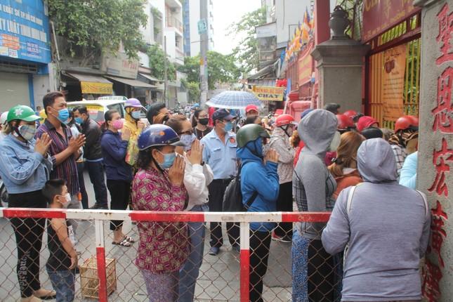 Người dân TPHCM vái vọng ngoài cổng chùa ngày rằm tháng Giêng ảnh 3