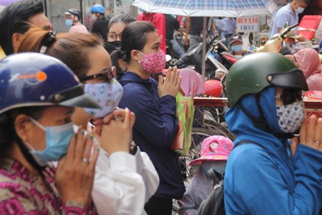 Người dân TPHCM vái vọng ngoài cổng chùa ngày rằm tháng Giêng ảnh 5