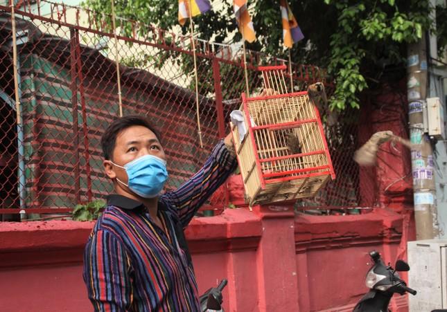 Người dân TPHCM vái vọng ngoài cổng chùa ngày rằm tháng Giêng ảnh 8