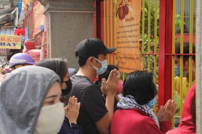 Người dân TPHCM vái vọng ngoài cổng chùa ngày rằm tháng Giêng ảnh 4