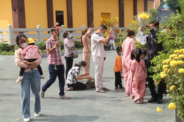 Người dân TPHCM vái vọng ngoài cổng chùa ngày rằm tháng Giêng ảnh 10