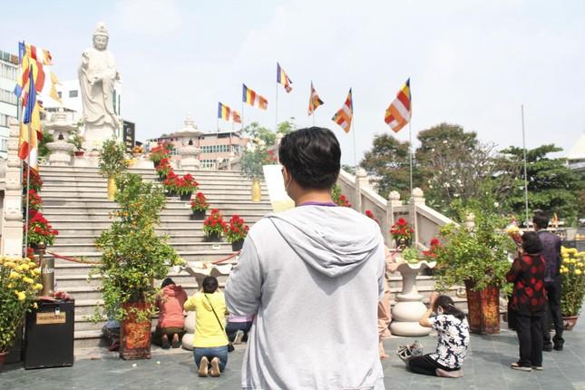Người dân TPHCM vái vọng ngoài cổng chùa ngày rằm tháng Giêng ảnh 9