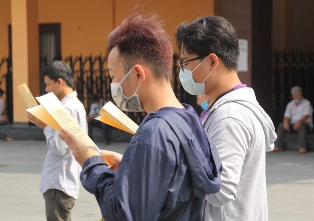 Người dân TPHCM vái vọng ngoài cổng chùa ngày rằm tháng Giêng ảnh 11