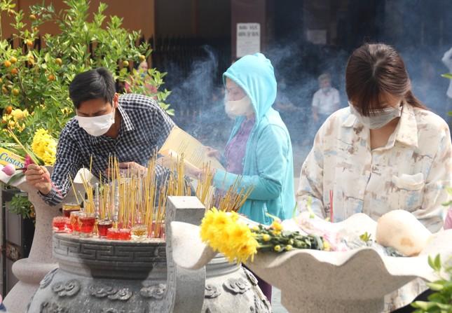 Người dân TPHCM vái vọng ngoài cổng chùa ngày rằm tháng Giêng ảnh 14