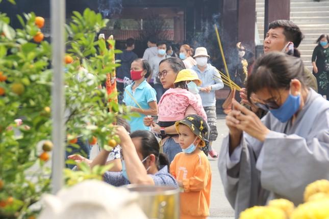 Người dân TPHCM vái vọng ngoài cổng chùa ngày rằm tháng Giêng ảnh 15