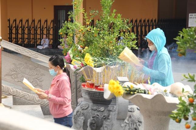 Người dân TPHCM vái vọng ngoài cổng chùa ngày rằm tháng Giêng ảnh 13