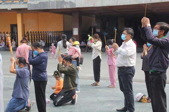 Người dân TPHCM vái vọng ngoài cổng chùa ngày rằm tháng Giêng ảnh 12