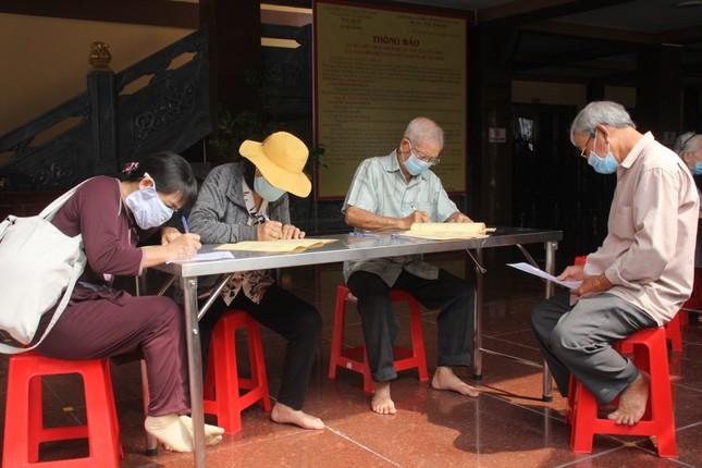Người dân TPHCM vái vọng ngoài cổng chùa ngày rằm tháng Giêng ảnh 16