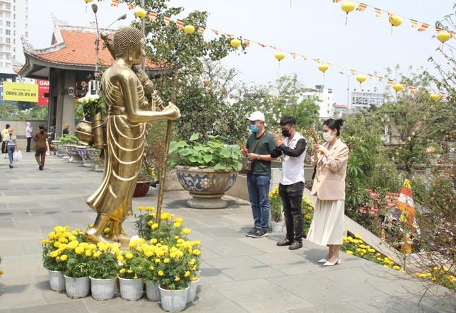 Người dân TPHCM vái vọng ngoài cổng chùa ngày rằm tháng Giêng ảnh 18