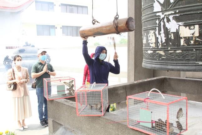 Người dân TPHCM vái vọng ngoài cổng chùa ngày rằm tháng Giêng ảnh 19