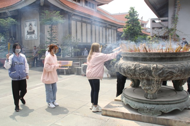 Người dân TPHCM vái vọng ngoài cổng chùa ngày rằm tháng Giêng ảnh 20
