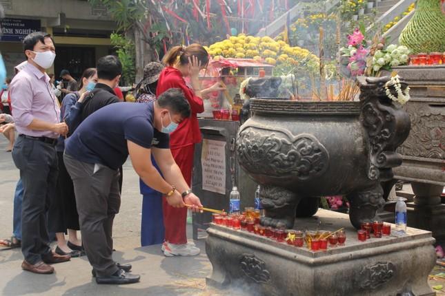 Người dân TPHCM vái vọng ngoài cổng chùa ngày rằm tháng Giêng ảnh 17