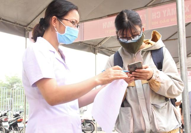 Sinh viên khai báo y tế online, quét thân nhiệt tự động trước khi vào ký túc xá ĐHQG TPHCM ảnh 2