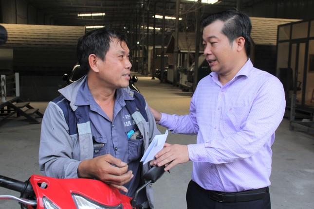 Người đàn ông được chủ xe Mercedes tặng xe: 'Món quà giúp con tôi đi học đỡ mặc cảm' ảnh 1