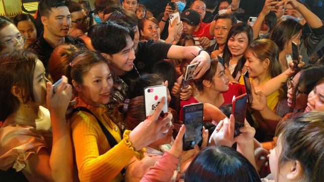 Fans quây kín Đan Trường sau đêm diễn chào mừng giỗ Tổ ở TP. Thủ Đức ảnh 13