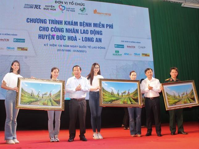 Hoa hậu Đỗ Thị Hà, Trần Tiểu Vy về Long An tặng học bổng, hỗ trợ khám bệnh cho người dân ảnh 11