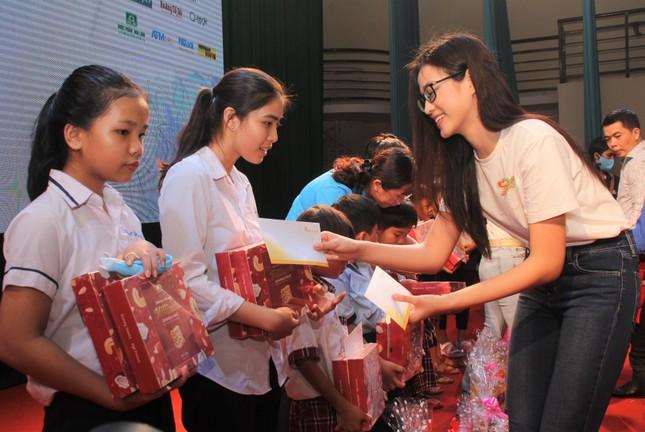 Hoa hậu Đỗ Thị Hà, Trần Tiểu Vy về Long An tặng học bổng, hỗ trợ khám bệnh cho người dân ảnh 6