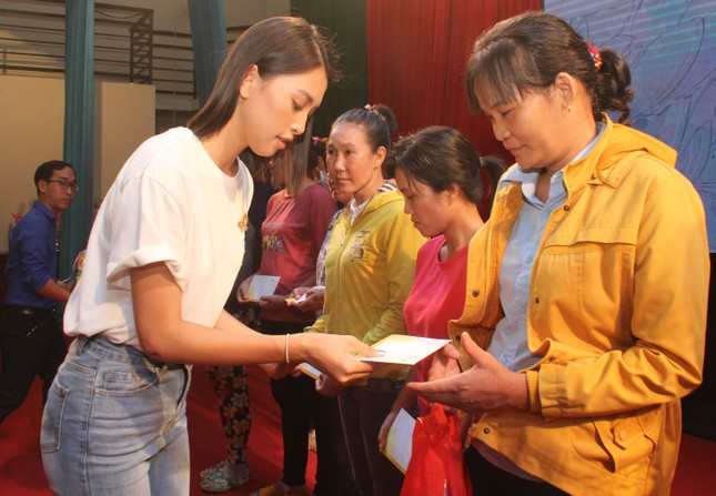 Hoa hậu Đỗ Thị Hà, Trần Tiểu Vy về Long An tặng học bổng, hỗ trợ khám bệnh cho người dân ảnh 7