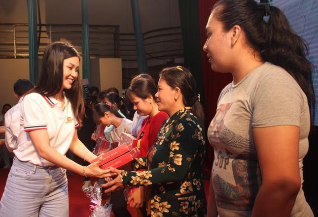 Hoa hậu Đỗ Thị Hà, Trần Tiểu Vy về Long An tặng học bổng, hỗ trợ khám bệnh cho người dân ảnh 8