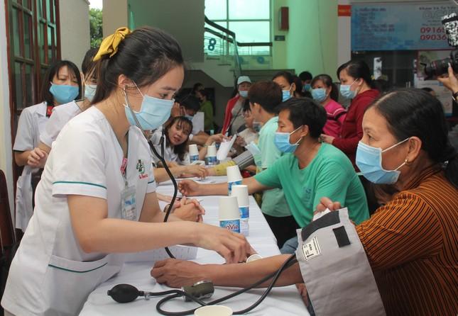 Hoa hậu Đỗ Thị Hà, Trần Tiểu Vy về Long An tặng học bổng, hỗ trợ khám bệnh cho người dân ảnh 2