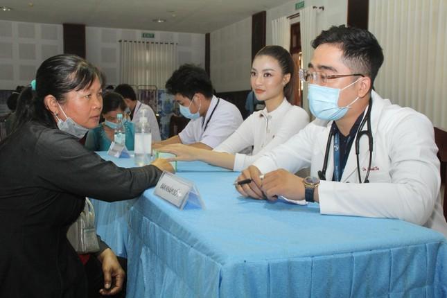 Hoa hậu Đỗ Thị Hà, Trần Tiểu Vy về Long An tặng học bổng, hỗ trợ khám bệnh cho người dân ảnh 3