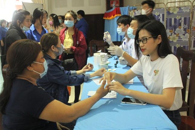 Hoa hậu Đỗ Thị Hà, Trần Tiểu Vy về Long An tặng học bổng, hỗ trợ khám bệnh cho người dân ảnh 4