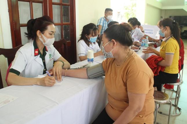 Hoa hậu Đỗ Thị Hà, Trần Tiểu Vy về Long An tặng học bổng, hỗ trợ khám bệnh cho người dân ảnh 1