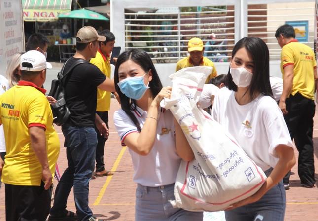 Hoa hậu Đỗ Thị Hà, Trần Tiểu Vy về Long An tặng học bổng, hỗ trợ khám bệnh cho người dân ảnh 5