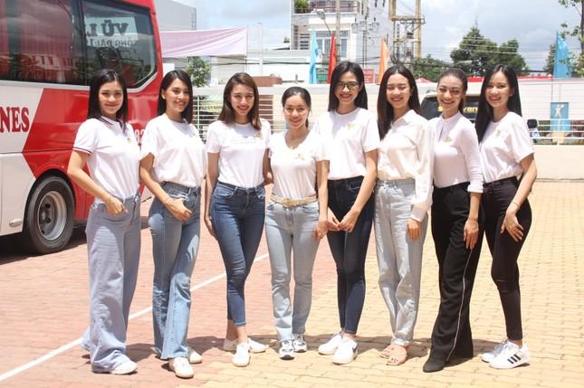 Hoa hậu Đỗ Thị Hà, Trần Tiểu Vy về Long An tặng học bổng, hỗ trợ khám bệnh cho người dân ảnh 12